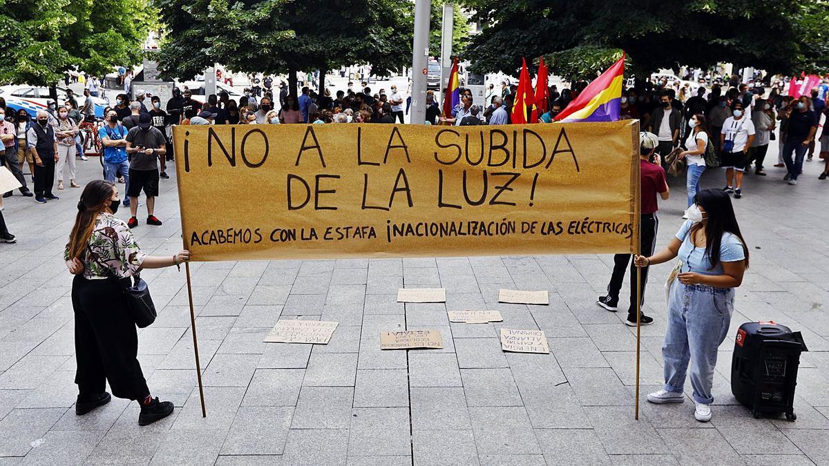Una concentración contra la subida del recibo de la luz celebrada la semana pasada en el centro de la ciudad de Zaragoza. | JAIME GALINDO