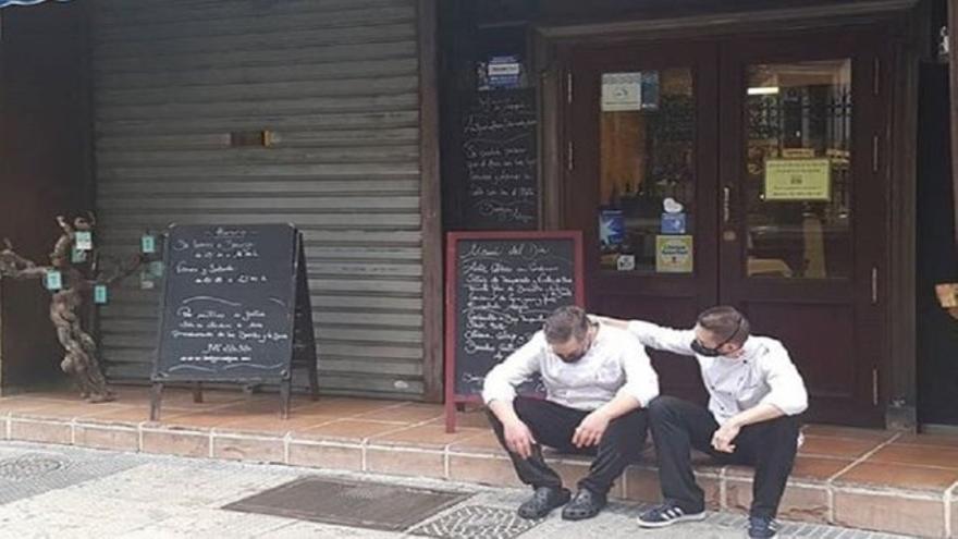 La historia detrás de la dura imagen de un hostelero español desolado por el cierre de su negocio