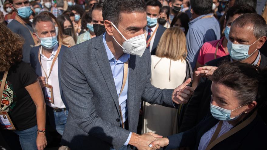 Sánchez preside entre aplausos la foto de familia con la que arranca el 40 Congreso del PSOE