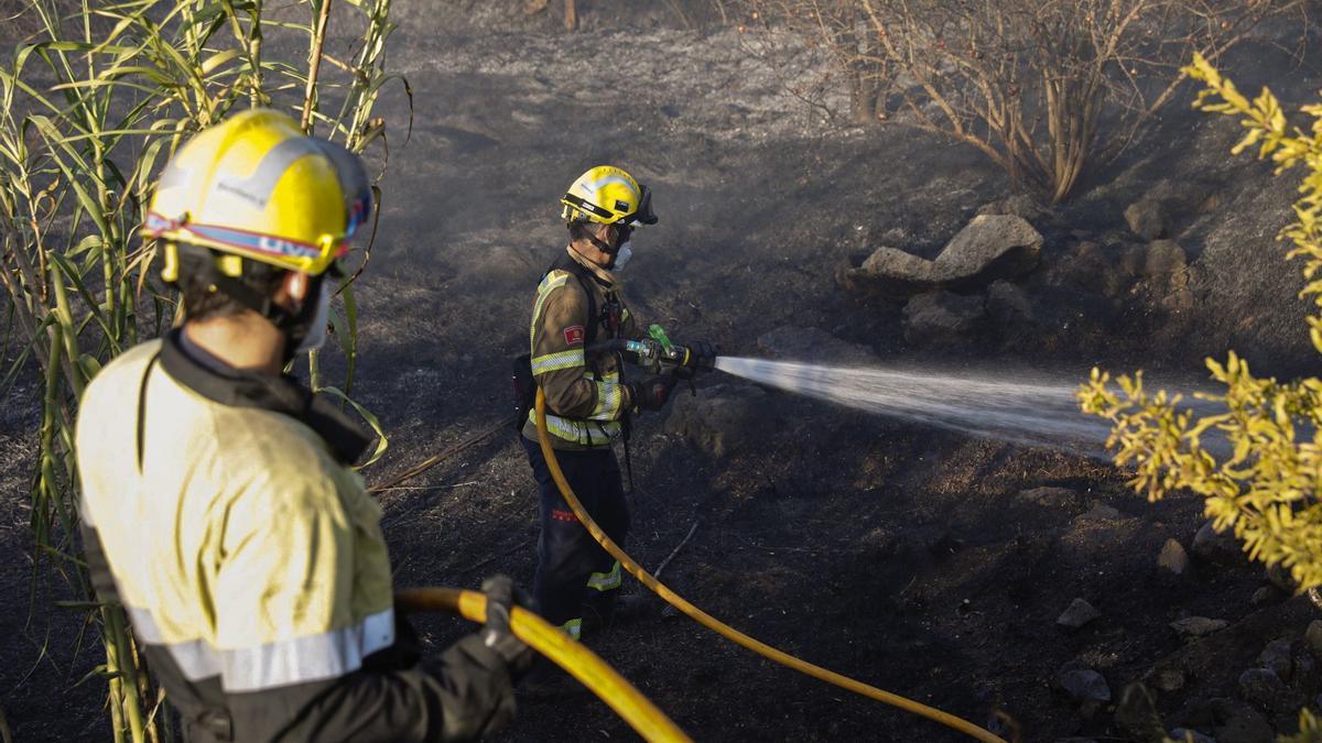 Els bombers treballant ahir al vespre en el foc agrícola d'Aiguaviva