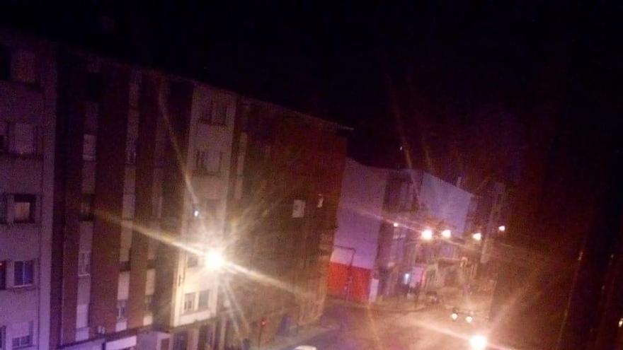 Los bomberos sofocan un fuego en un edificio de nueve plantas del Arbolón