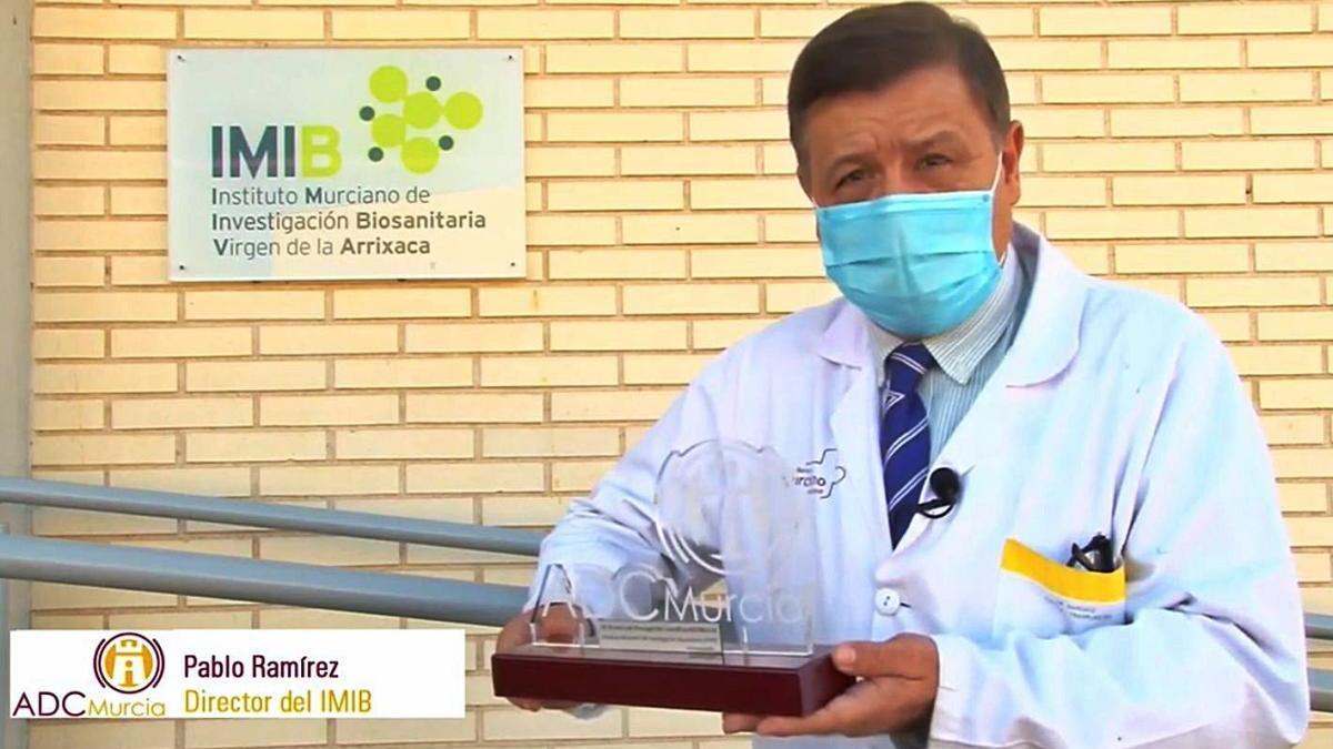 Pablo Ramírez posa con el Premio Divulgación ADCMurcia 2020.