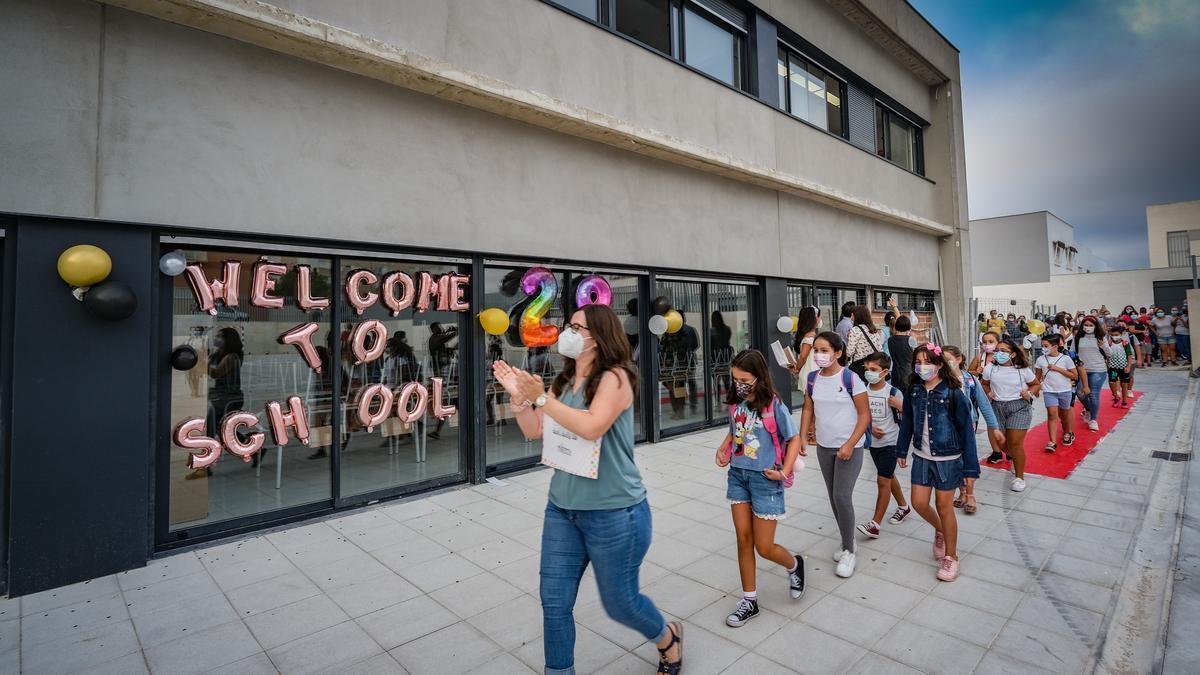 Docentes y alumnos del nuevo colegio de Cerro Gordo, esta mañana.