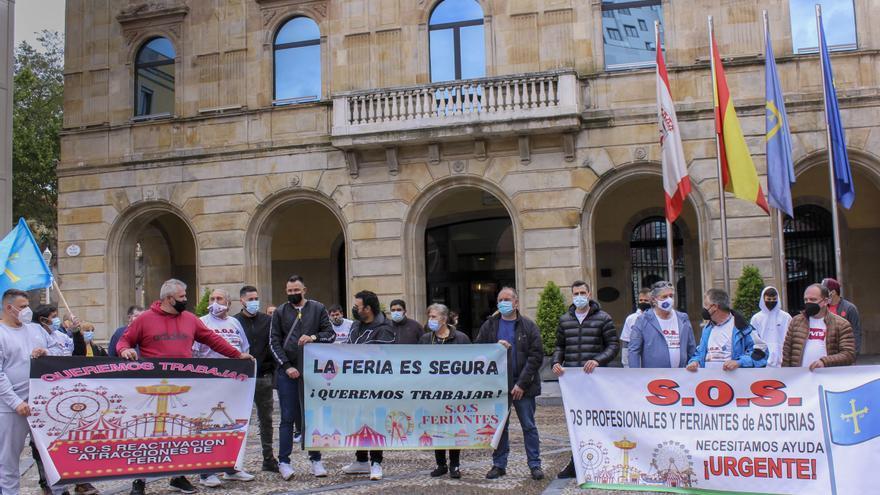 """Los feriantes vuelven a movilizarse en Gijón: """"Nuestra situación es desesperada"""""""