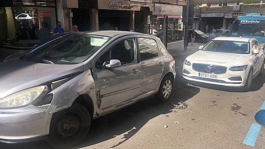 Accidente sin heridos en la calle Alcalde Ferreiro de Lalín