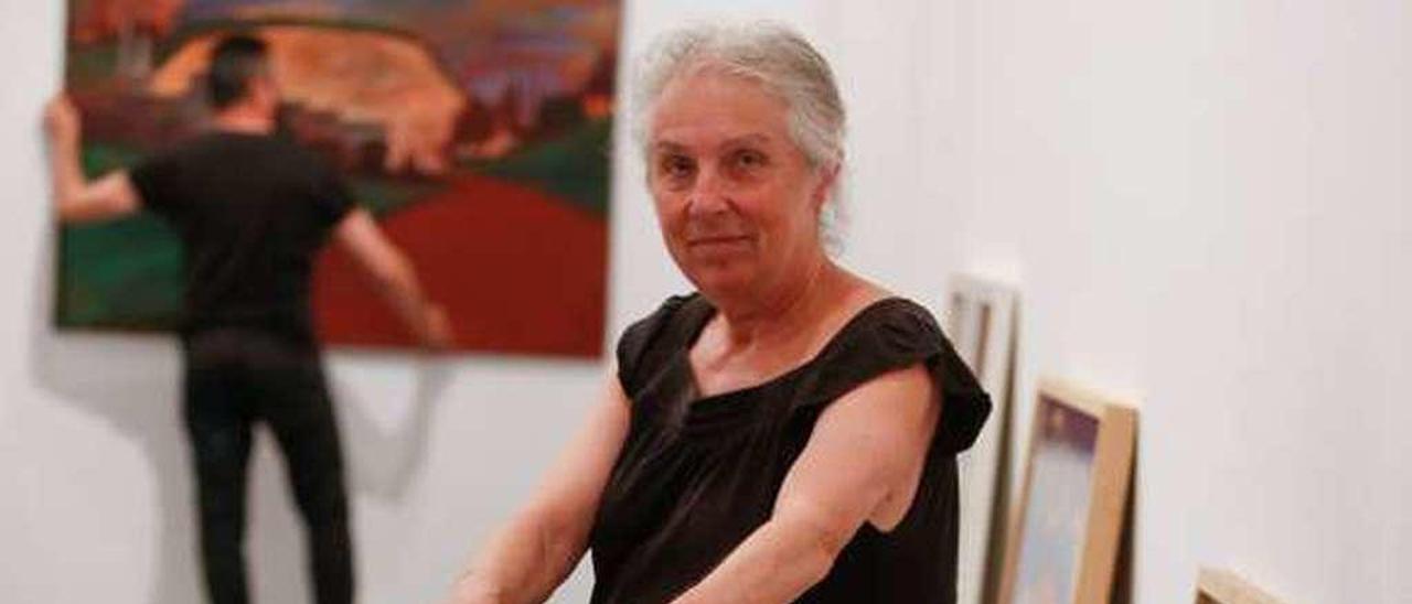 Mabel Lavandera, con algunas de sus obras.