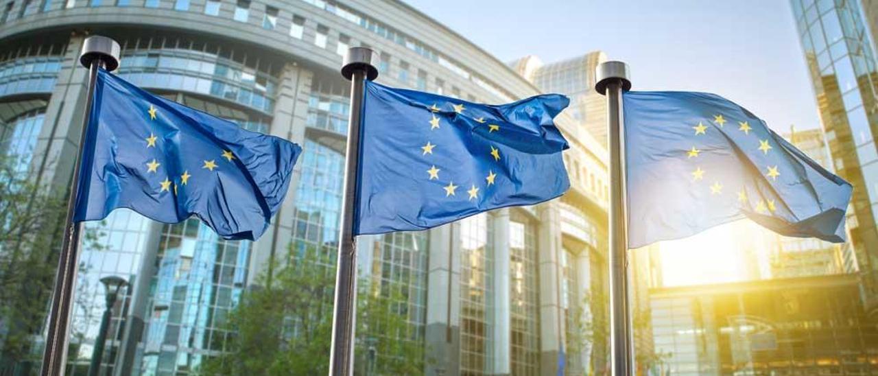 Banderas de la UE ante el Parlamento Europeo.