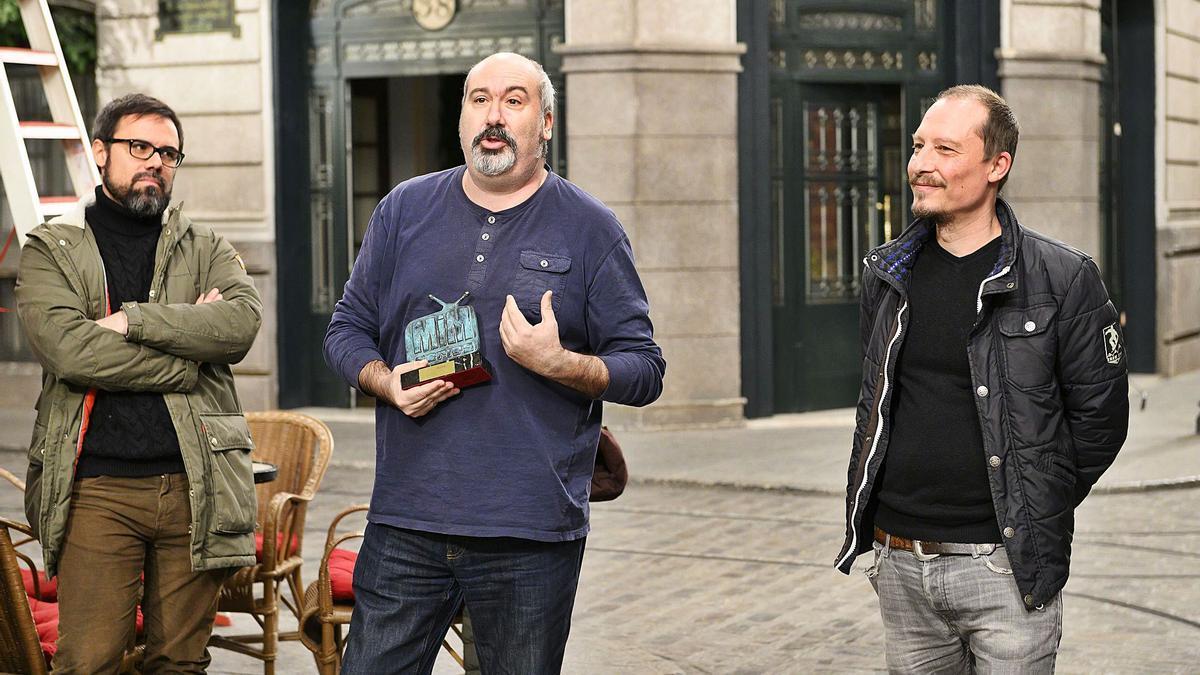 El guionista Miquel Peidro, en el centro, en el plató de Acacias 38, tras recibir el premio MiM  en 2019 a la mejor serie diaria.