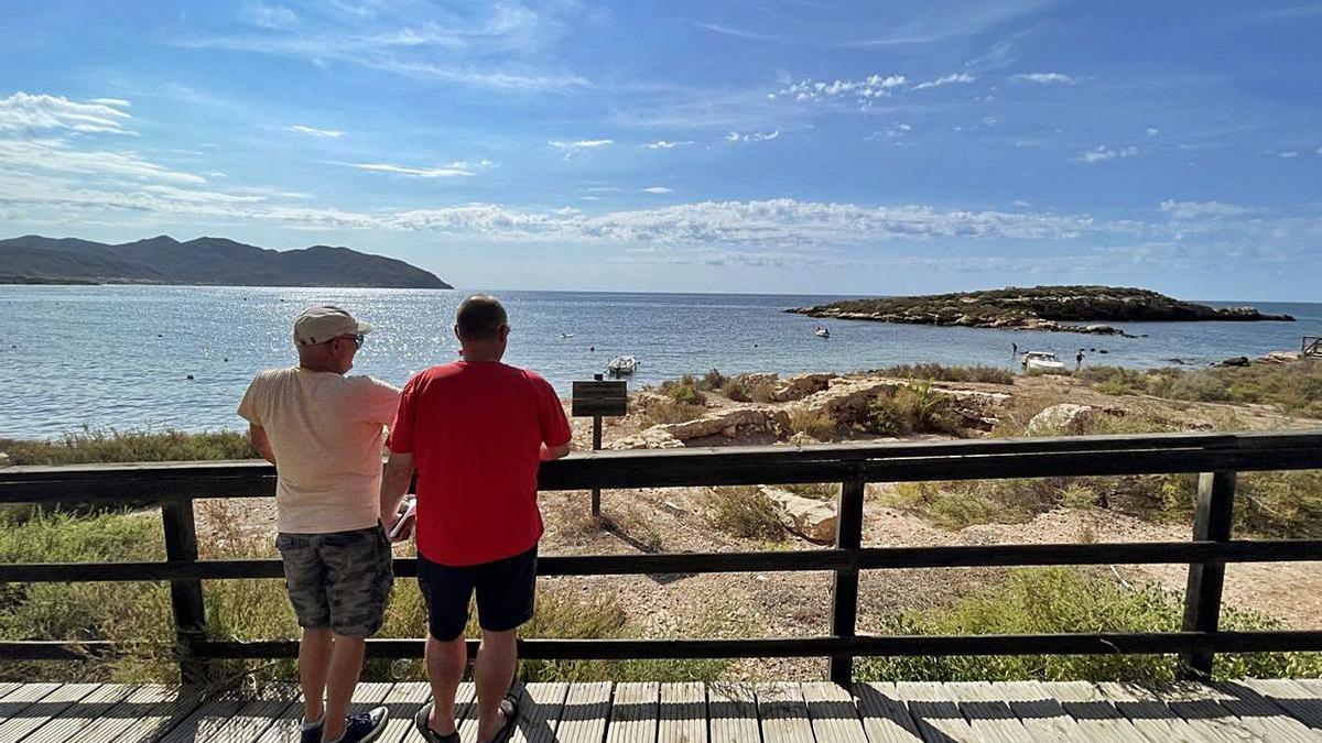 Dos hombres observan el entorno del yacimiento arqueológico Baños de la Marrana. | AYTO. DE CARTAGENA