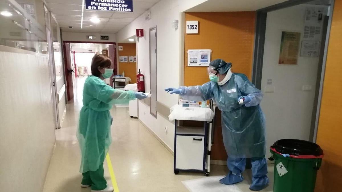 El Reina Sofía deja de ingresar a pacientes covid de UCI en quirófanos al caer la presión hospitalaria