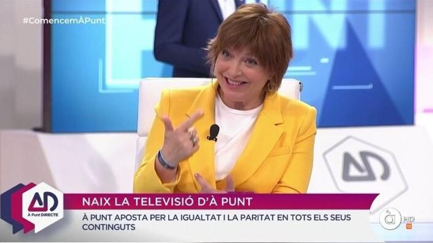Empar Marco, de amarillo en su primera aparición en À Punt