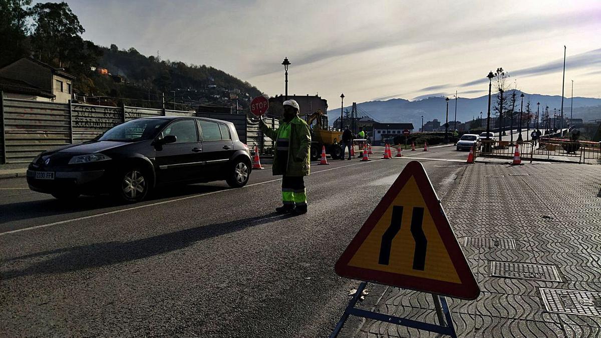 Un operario regula el tráfico en la zona de las obras. | M. Á. G.
