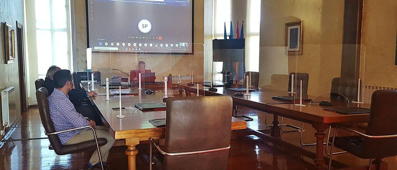 Iván Fernández, presidiendo ayer el Pleno, en el que algunos ediles participaron por videoconferencia.