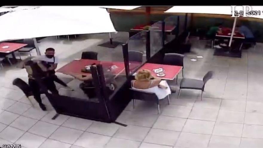 Brutal agresión en un centro comercial