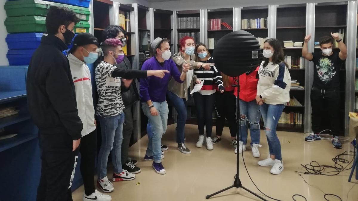 Alumnado do CPR Daniel Castelao na gravación da canción.