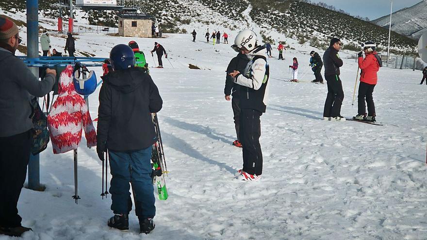 Esquiadores en la estación de Valgrande-Pajares. | A. Velasco