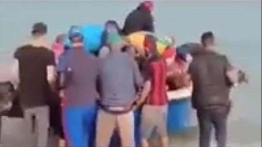 Migranten aus Algerien stechen am 27. September am Strand von Cap Djenet in See.