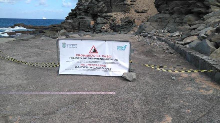 Prohibido el paso en la zona sur de la Playa de La Laja por desprendimientos