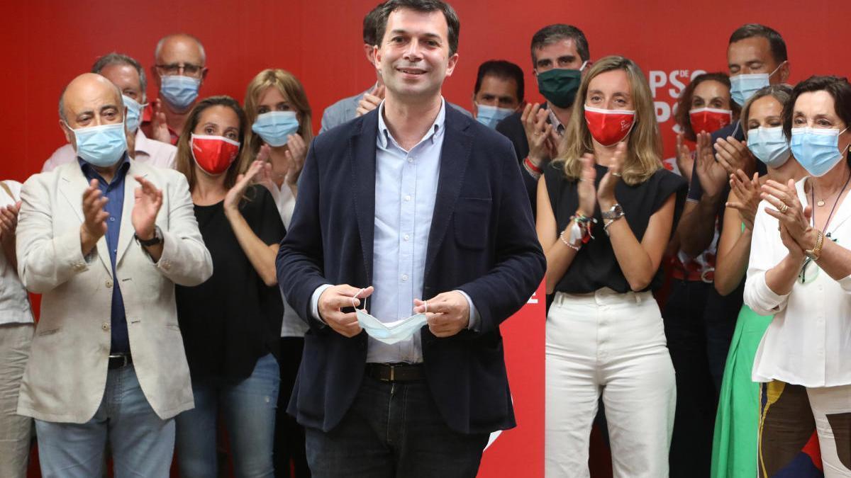 Gonzalo Caballero, ayer, en la sede del PSdeG, en Santiago, rodeado de la dirección de su partido. // Xoán Álvarez