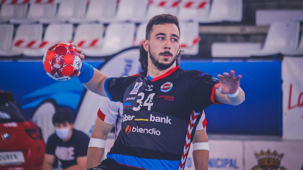 Nacho Valles, nuevo central del BM Benidorm, que regresa al club tras su estancia en el Sinfín