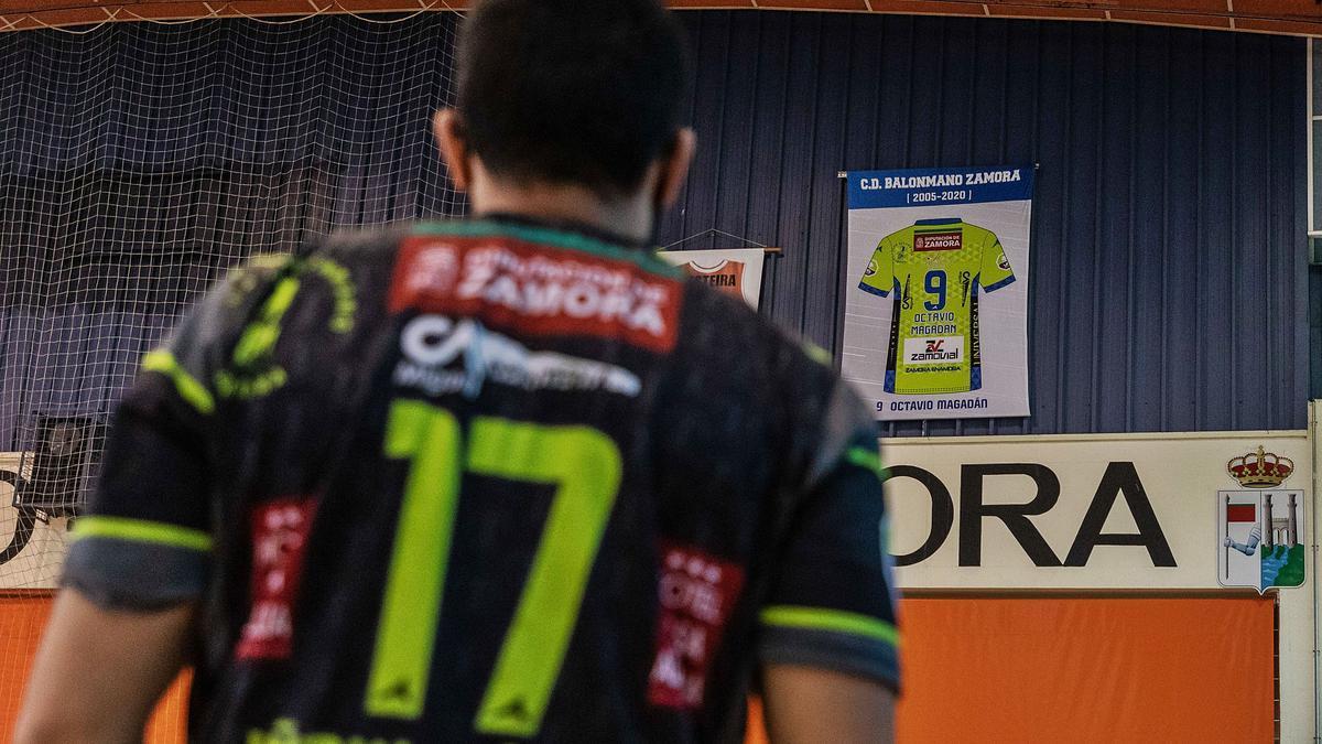 Octavio Magadán observa la que fue su camiseta con el BM Zamora que ha quedado colgada en el Pabellón Angel Nieto. | |  N. RODRÍGUEZ