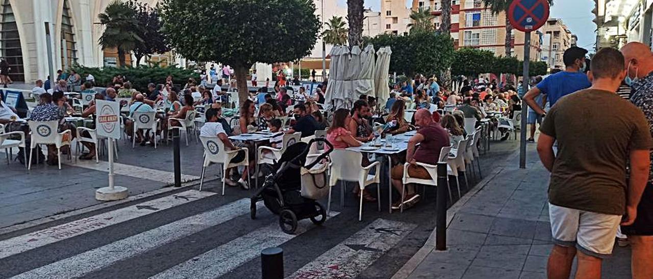 Calle y plaza de Oriente, el sábado -el incidente ocurrió el jueves-, ocupada con sillas. | D. PAMIES