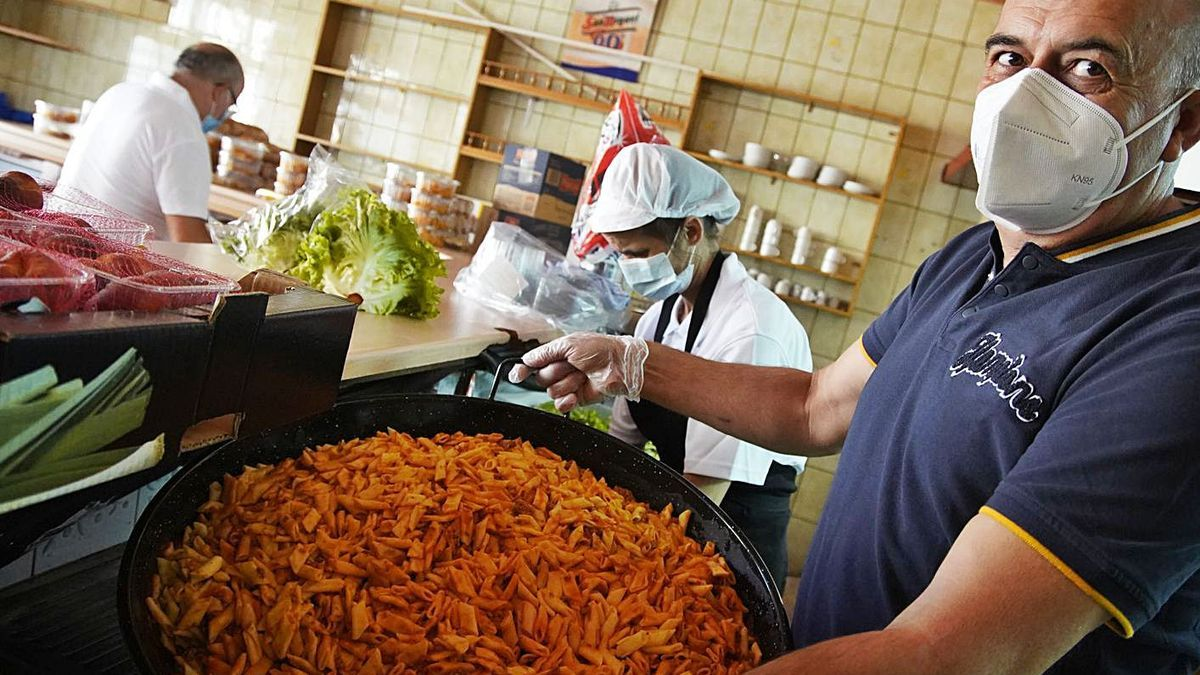 Cocina solidaria de Caja Rural y Asezpan, que atiende a familias en los momentos difíciles.   Jose Luis Fernández