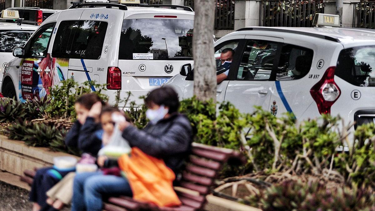 Unas niñas se tapan sus oídos para sortear el ruido de los claxon en la primera protesta de los taxistas.