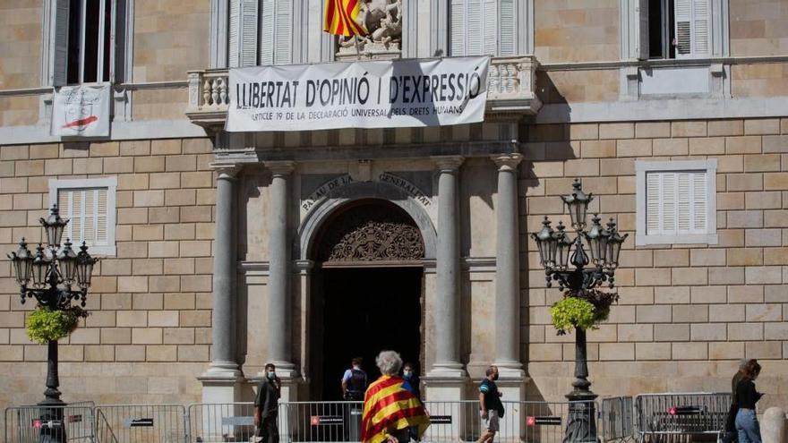 La Generalitat cuelga cuatro barras rojas en su fachada