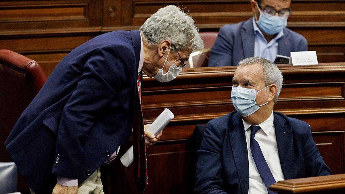 Julio Pérez, de pie, se dirige a Sebastián Franquis, ayer, en el Parlamento de Canarias.