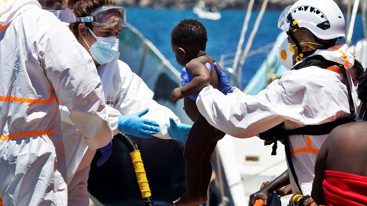 Rescatada una patera con 63 migrantes, once de ellos bebés, al sur de Gran Canaria.