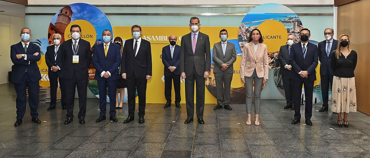 El rey, en el centro, junto al presidente de la Generalitat, la ministra de Industria y los responsables de la CEV y CEOE. | INFORMACIÓN