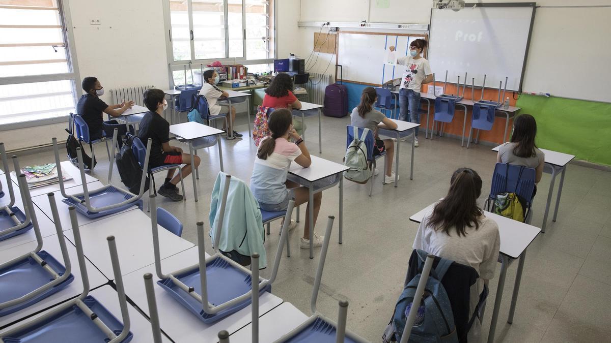 Alumnos asisten a una clase.