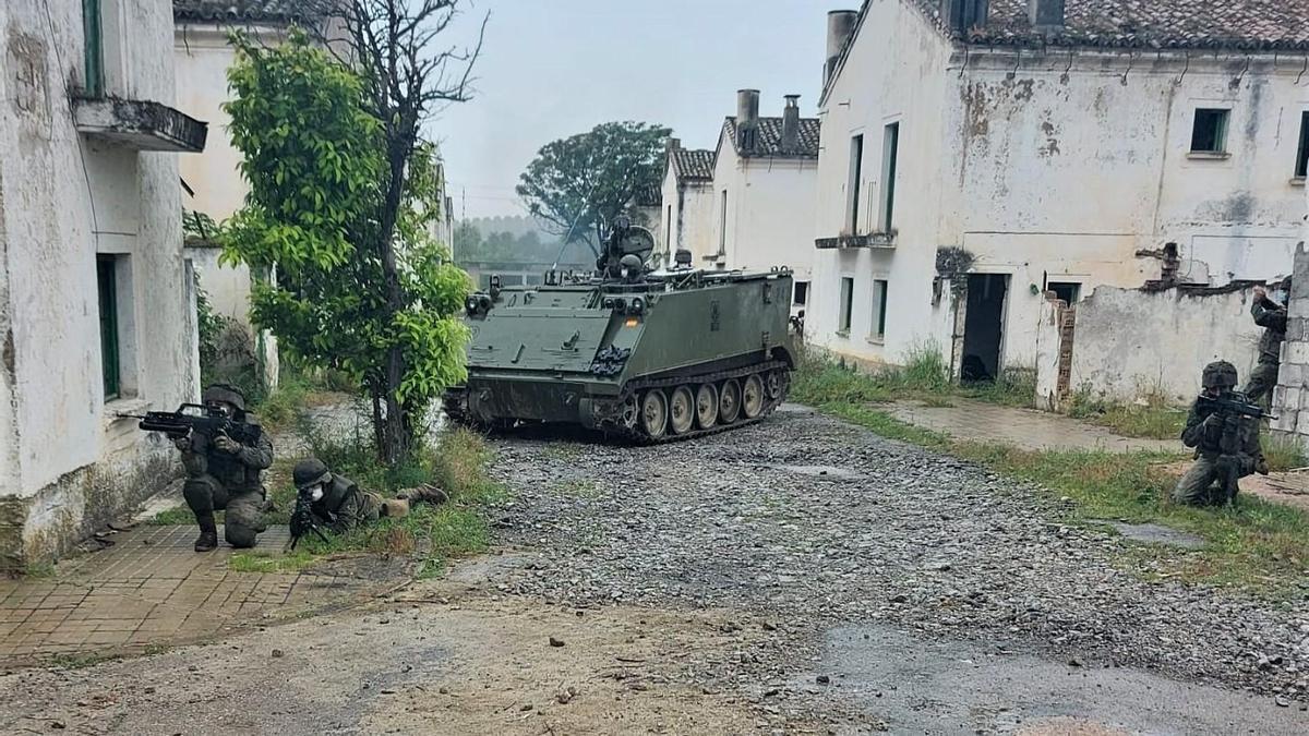 El regimiento La Reina nº 2 durante el ejercicio práctico de combate en zonas urbanas.