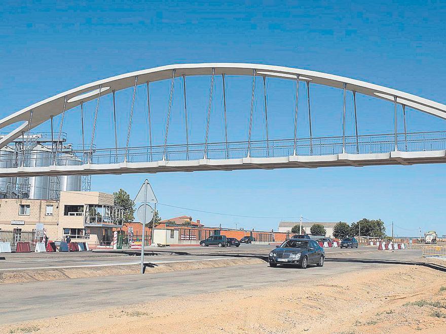 Pasarela peatonal construida en la cooperativa agroalimentaria Cobadu. | Emilio Fraile