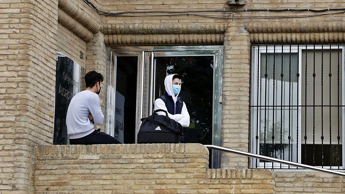 Dos residentes del Colegio Mayor Ausiàs March en la puerta del centro hace dos semanas.  | M.A.MONTESINOS
