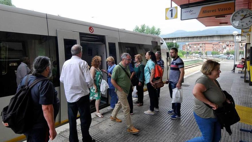 Los vecinos de Mieres rechazan la propuesta para reducir estaciones de Feve