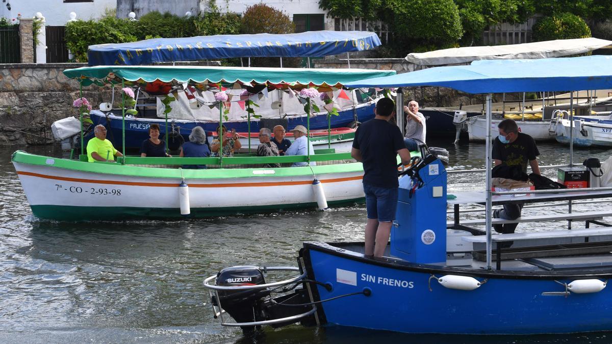 Embarcaciones en la celebración 'suave' de Os Caneiros este año.