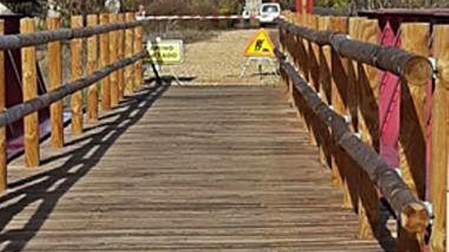 Tragsa retira la abundante maleza que hace intransitable el camino natural en Villanueva de Azoague