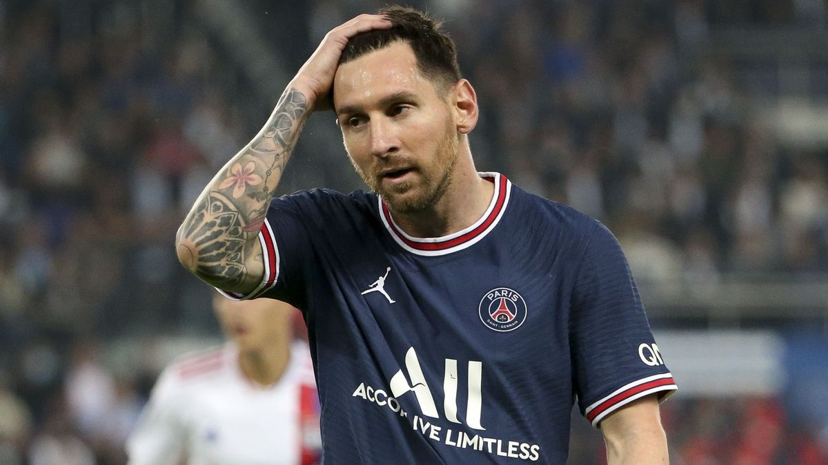 Leo Messi in a match with PSG.