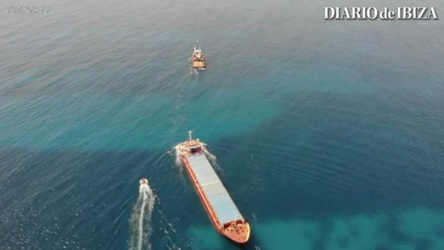 En imágenes: así ha sido el reflotamiento del  mercante 'River Thames' en Formentera