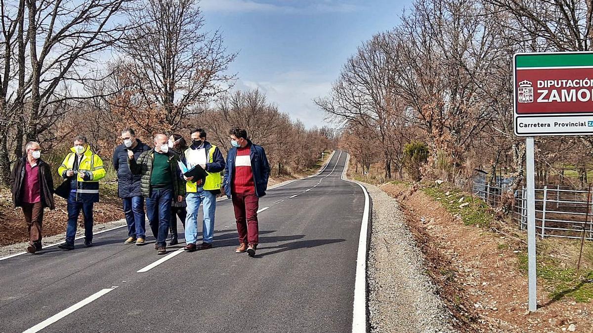 Visita de responsables de la Diputación visita las obras de la carretera de Coso de Sanabria. | Araceli Saavedra