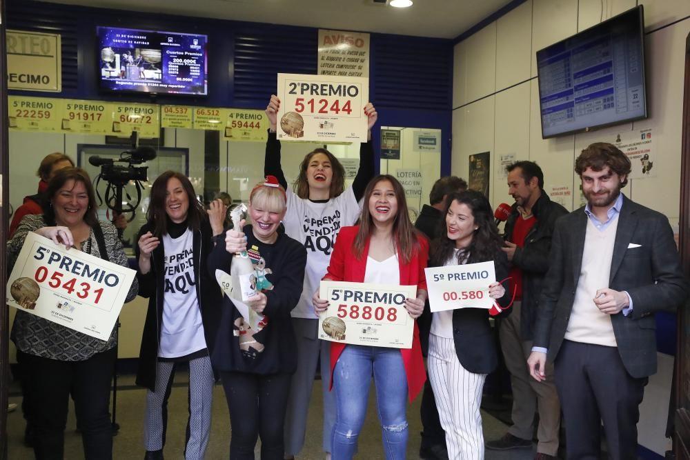 """Propietarios de la Administración de Lotería """"La Manolita"""" en la calle del Carmen en Madrid celebran haber vendido el número 51244, agraciado con el segundo premio de la Lotería de Navidad y tres quintos premios que han recaído en los números 05431, el 58808 y el 00580. EFE"""