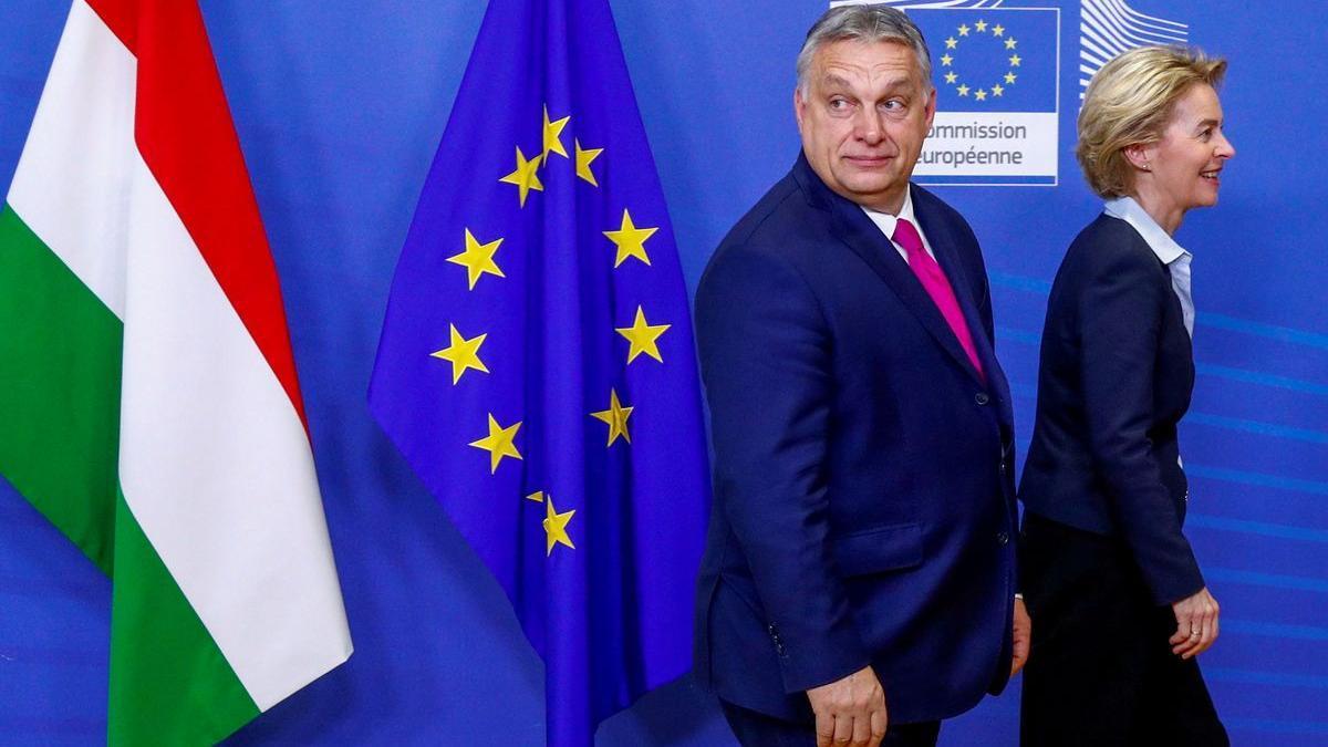 El primer ministro húngaro, Viktor Orban, camina junto a la presidenta de la CE, Ursula von der Leyen.