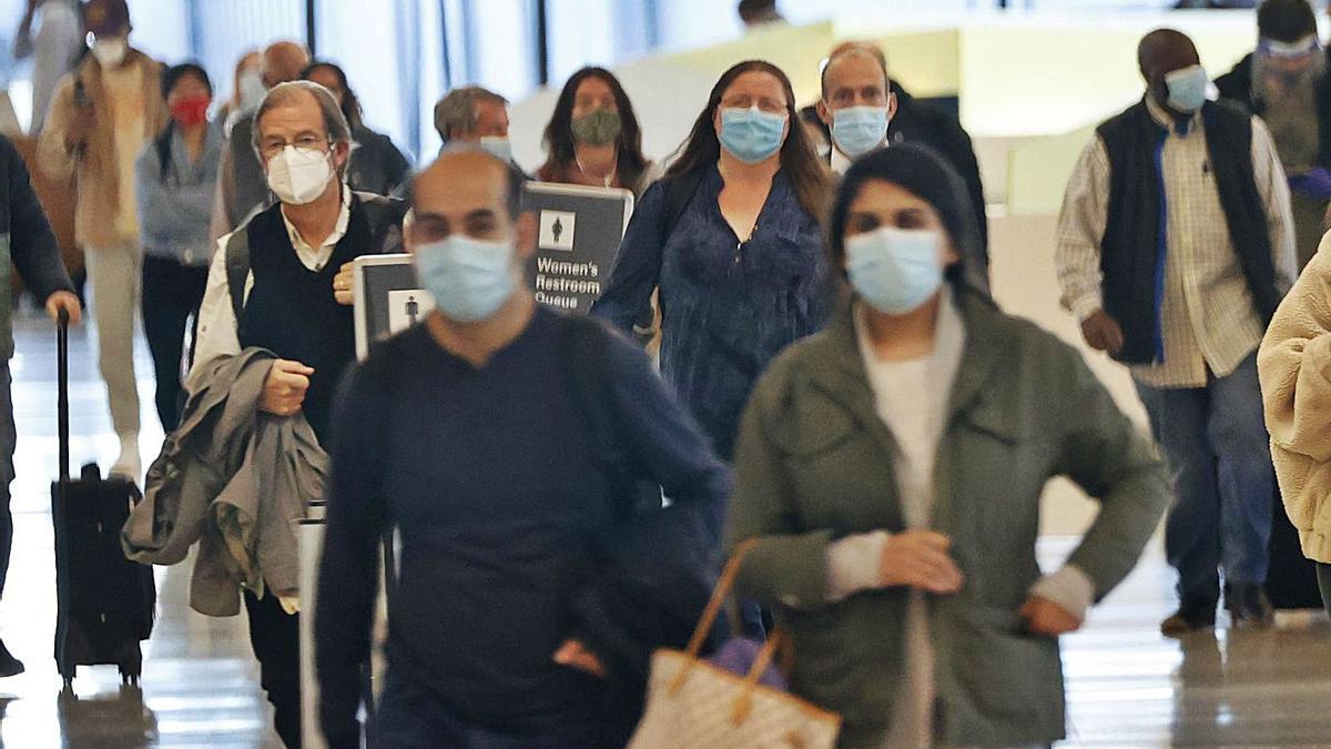 Pasajeros en el aeropuerto de San Francisco (EEUU), ayer. |   // JOHN G. MABANGLO