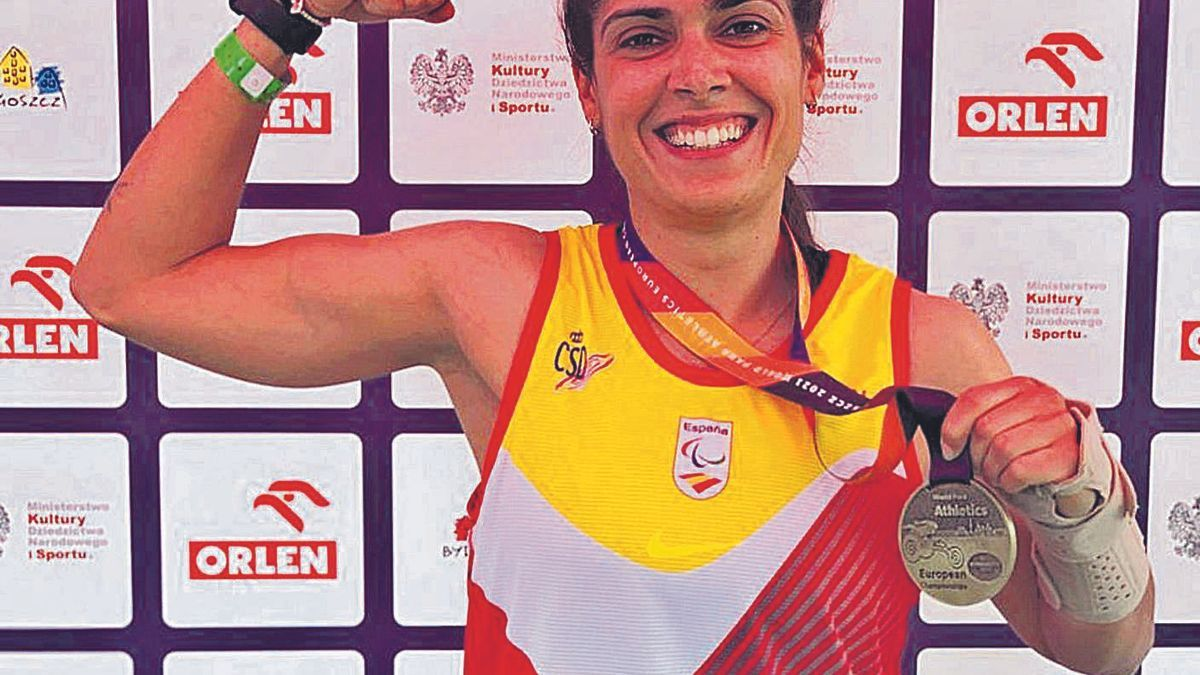 Miriam Martínez enseña orgullosa la medalla de oro conquistada en el Europeo | SD/LEVANTE