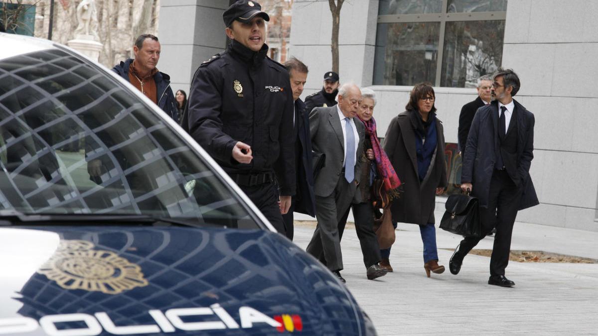 Jordi Pujol acompanyat de la seva dona Marta Ferrusola i els seus advocats després de declarar davant el jutge de l'Audiència Nacional aquest 10 de febrer del 2016.