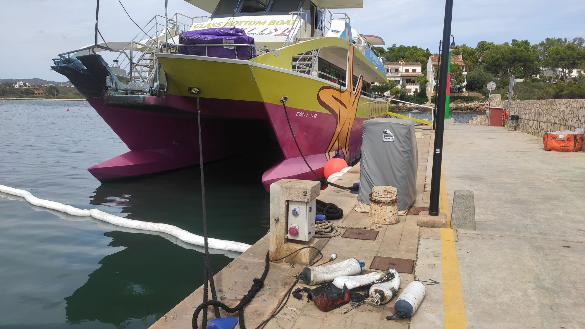 Cierran el puerto de Portopetro tras el incendio de dos lanchas