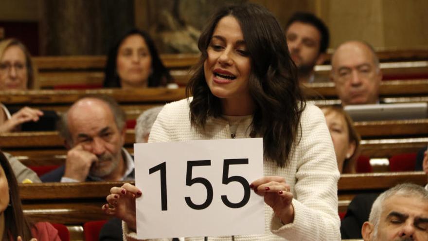 Arrimadas exhibeix un cartell al Parlament per reclamar l'aplicació del 155