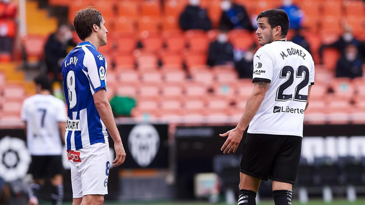Maxi Gómez y Tomás Pina , en una acción del partido.